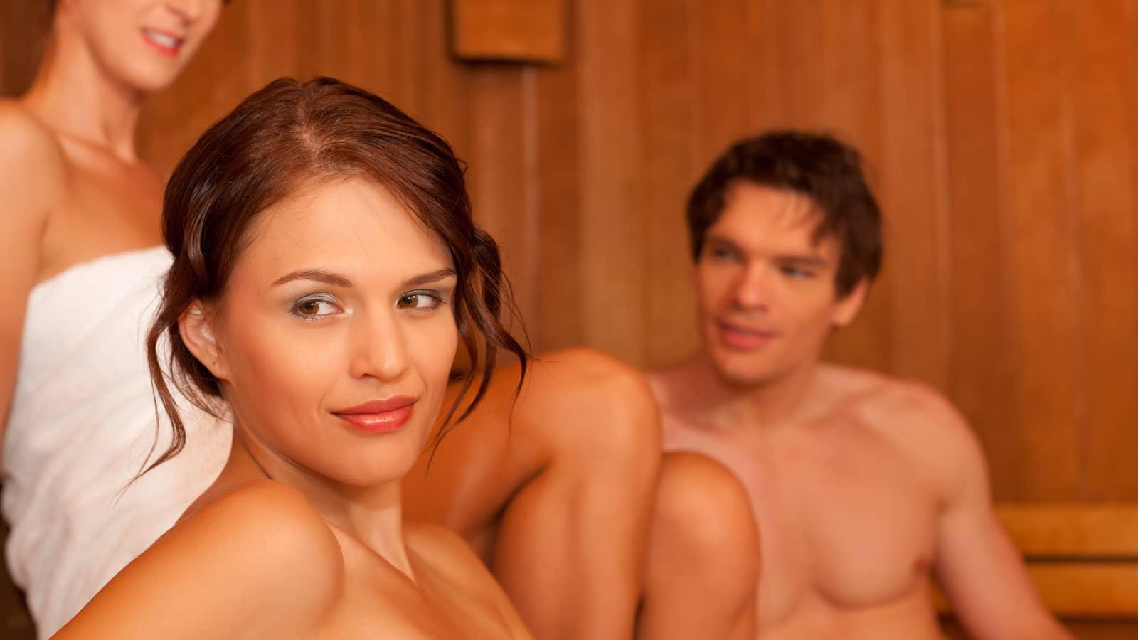 Одна девушка и двое молодых в сауне секс