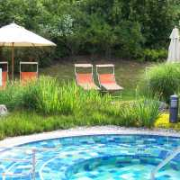 Außenbereich mit Heilwasser-Whirpool Saunalandschaft Sibyllenbad