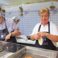 Küchel backen auf dem Kartoffelfest in Neualbenreuth beim Sibyllenbad