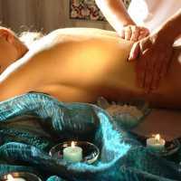 Massage auf dem warmen Marmorstein