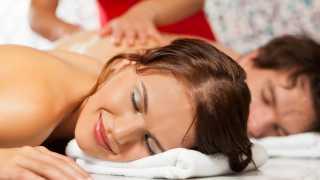 Massage zu zweit auf dem warmen Marmorstein im BadeTempel