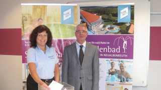 Werkleiter Gerhard Geiger zusammen mit Jutta Hoffmann bei der Ziehung der Gewinner vom Kartoffelfest 2016