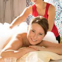 Türkische Massage auf dem warmen Marmorstein