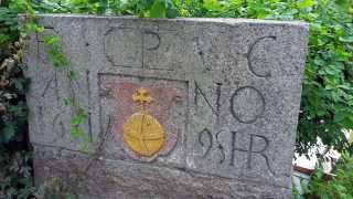 Gedenkstein des Schuldenkönigs