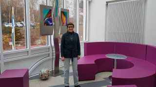 Dipl.-Religionspädagogin Beate Ott auf der Galerie im Sibyllenbad
