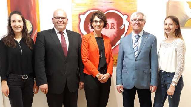 Sabine Ernstberger mit ihren Töchtern, Werkleiter Gerhard Geiger und Bürgermeister Klaus Meyer bei der Eröffnung